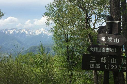 山頂からの谷川岳