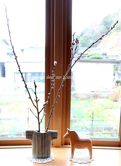 出窓の桃の花