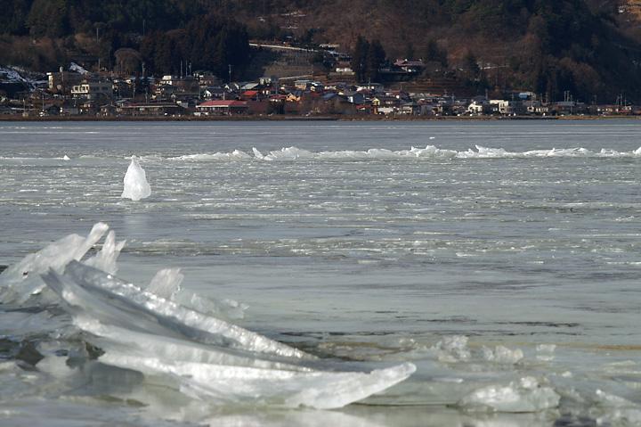 諏訪湖が凍る