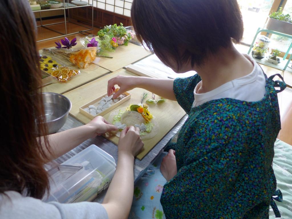 お花と陶器を仮置きして位置を決めます