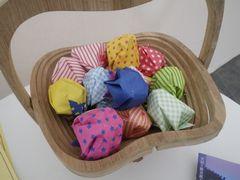 [写真]バスケットに入った色とりどりの折り紙