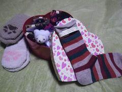 [写真]ハート形のボックスに入った靴下の詰め合わせセット(ミニテディベア付き)