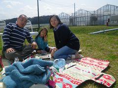 [写真]あんりちゃんご家族がランチマットの上でくつろいでいる様子