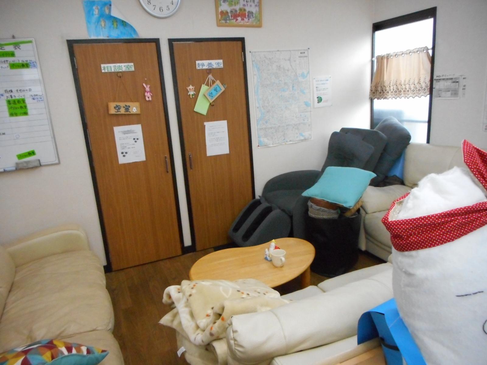 静養室前のソファー